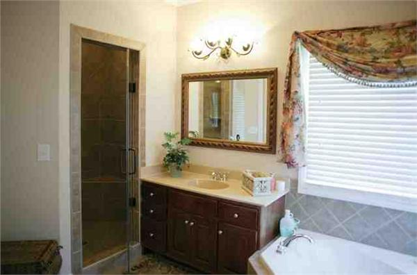 109-1112 house plan master bathroom