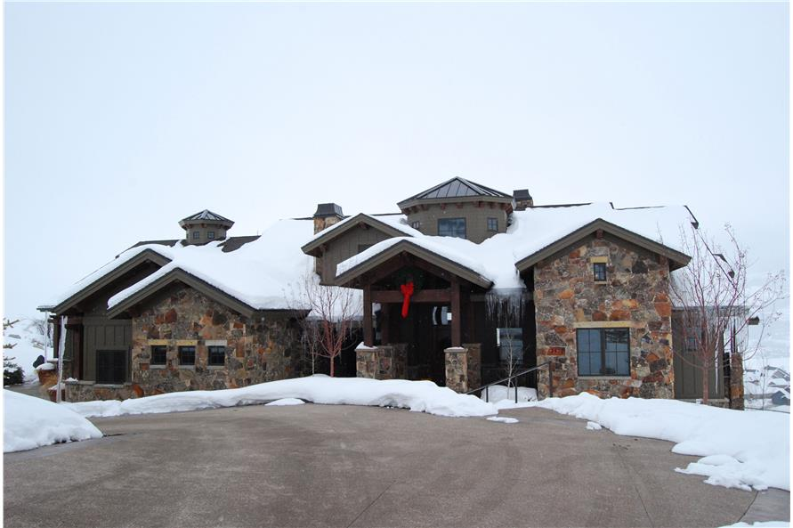 135-1015: Home Exterior Photograph - Front of home with driveway and snow.