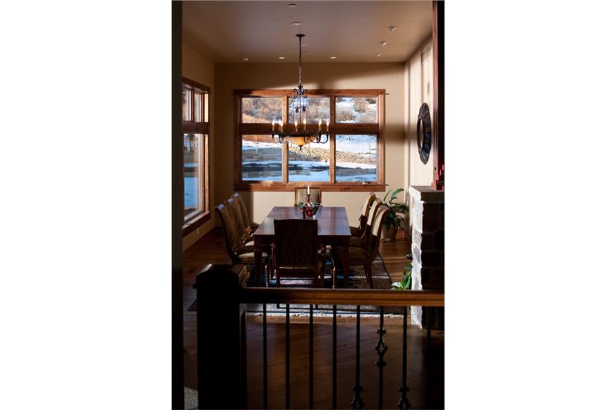 161-1051 dining area
