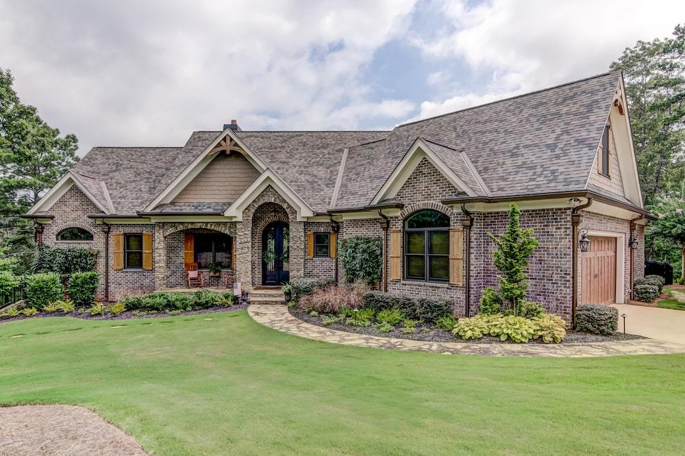 Rustic luxury home (ThePlanCollection: Plan #198-1094)