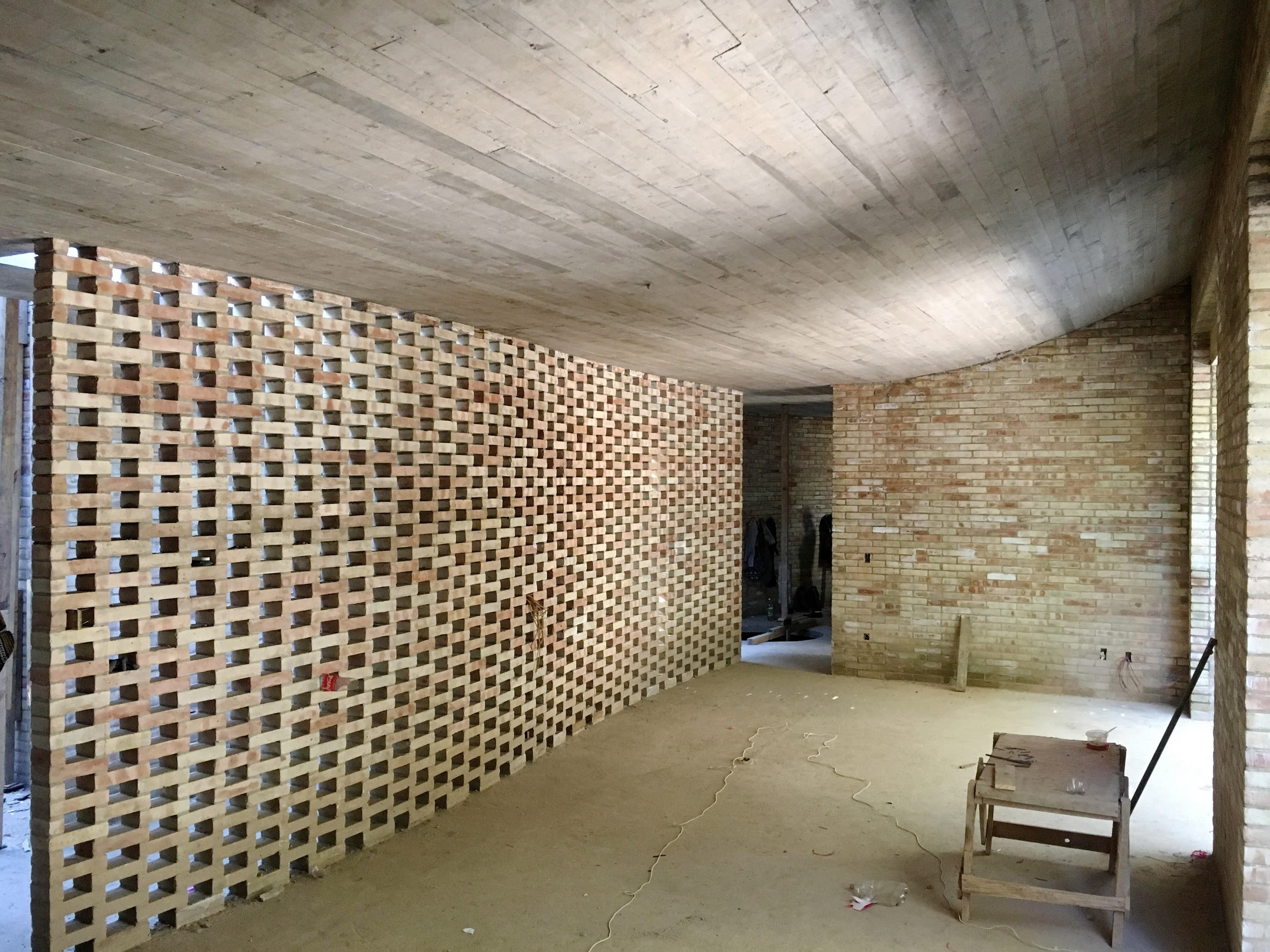 See-through wall in LANZA Altelier's house sometimes acts as a lattice and sometimes as a corridor
