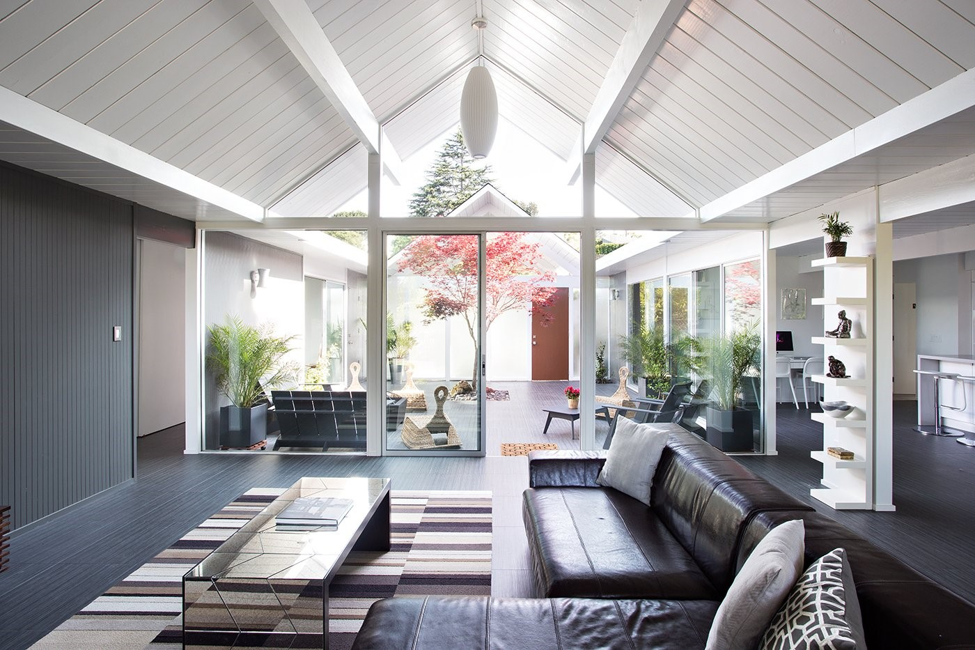Renovated Eichler home in California - with lots of glass