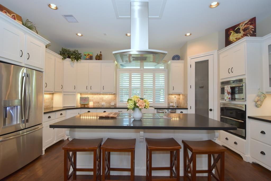 Stylish white U-shape kitchen in house plan #106-1274