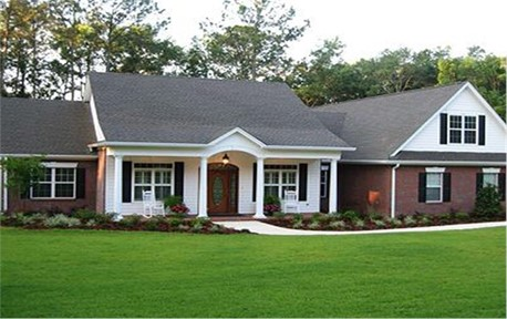 Simple round columns on front porch of 1-story, 3-bedroom Colonial home