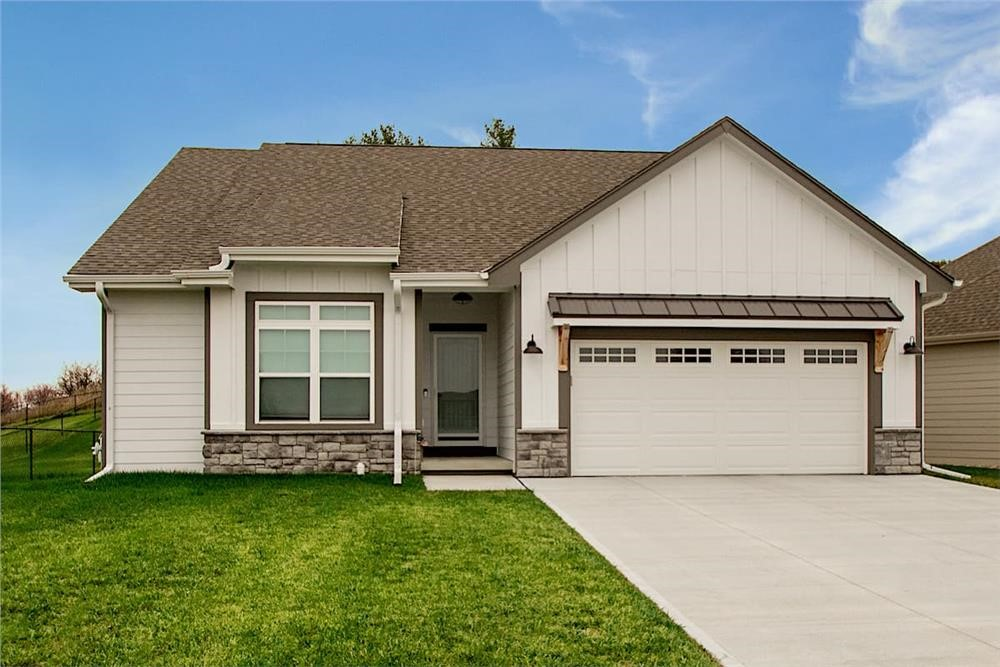 Contemporary Ranch style home with portico entry