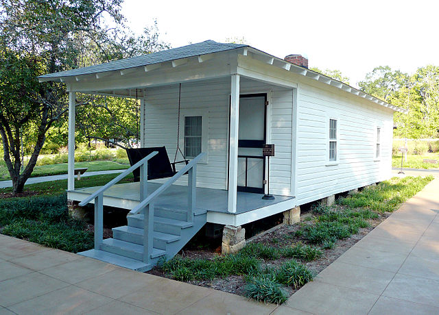 Shotgun style house that is the birthplace of Elvis Presley