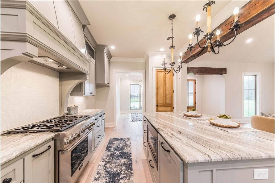 Countertops with beige and natural tones that add to the warm ambiance of the kitchen