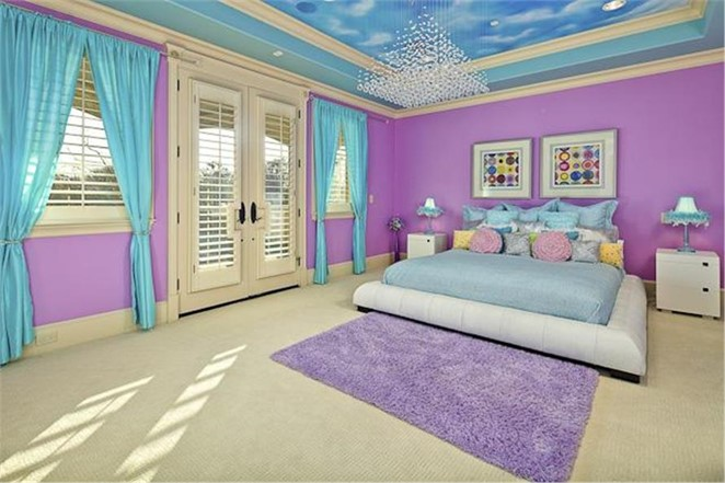 Tray ceiling with sky-and-cloud pattern in the center in a colorful children's bedroom