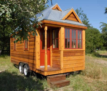 The tiny house a look at a minimalist style for Minimalist house on wheels