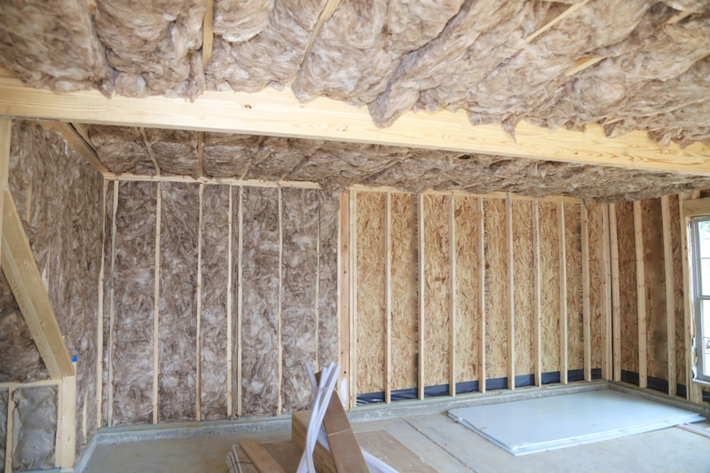 Unfaced rockwool insulation in walls in ceiling