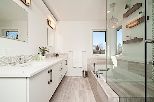 bathroom with diffuse lighting from high overhead light and two corner windows